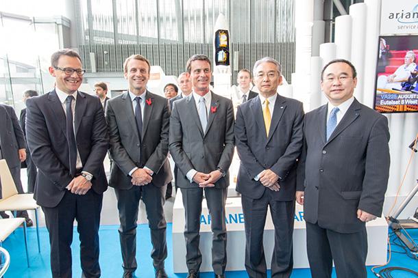 左からステファン・イズラエル アリアンスペース社 代表取締役会長兼CEO、 エマニュエル・マクロン仏国経済・産業・デジタル大臣、マニュエル・ヴァルス仏国首相、 矢橋 隆(弊社代表取締役社長)、 高松 聖司 アリアンスペース社 東京事務所代表