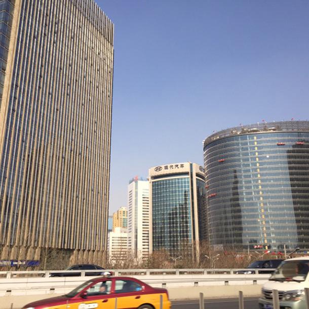 ビジネス街には近代的なビルが立ち並ぶ
